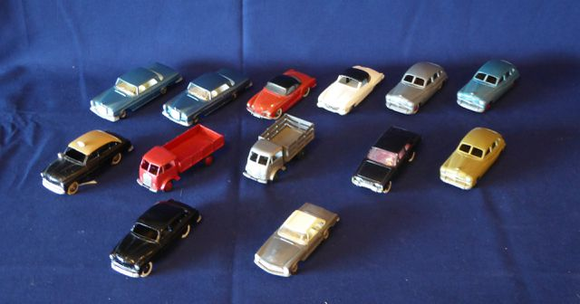 DINKY TOYS FRANCE Lot de 13 véhicules comprenant : 2 camions benn...