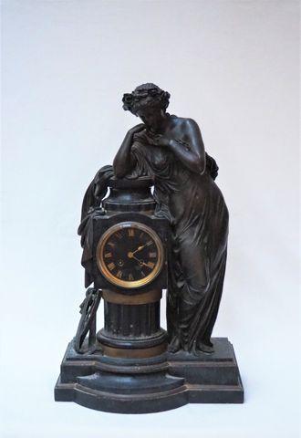 Pendule en marbre et bronze surmontée d'une femme à l'antique app...