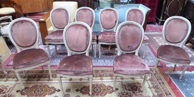 Suite de 8 chaises en bois naturel relaqué et mouluré, époque Lou...