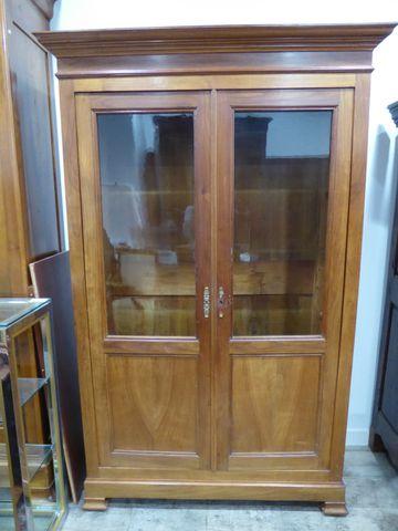 Bibliothèque en bois naturel mouluré ouvrant par deux portes H. 2...