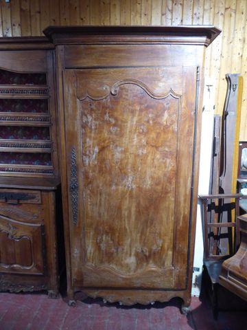 Bonnetière en bois naturel mouluré H. 209 cm  L. 116 cm  P. 68 cm...