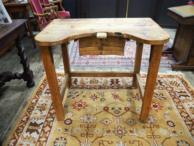Table de travail en bois H. 74,5 cm  L. 90 cm  P. 61,5 cm