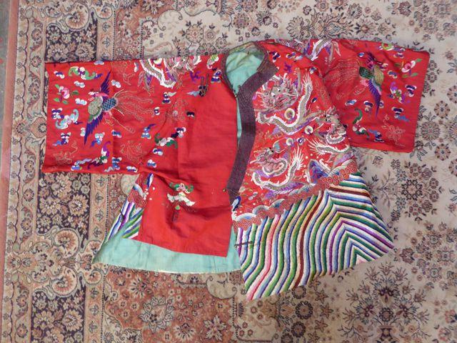 CHINE Vers 1900 Costume d'opéra en soie rouge ornée de broderies ...