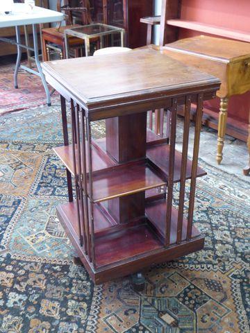 Bibliothèque tournante H. 83 cm  L. 46 cm  P. 45 cm (Accidents)