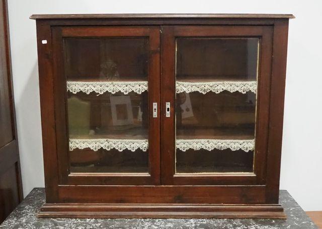 Vitrine basse en bois de placage ouvrant par deux portes vitrées ...