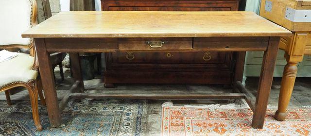 Table de ferme en bois naturel ouvrant par un tiroir en ceinture,...