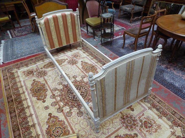 Bois de lit de style Louis XVI en bois naturel mouluré, sculpté e...