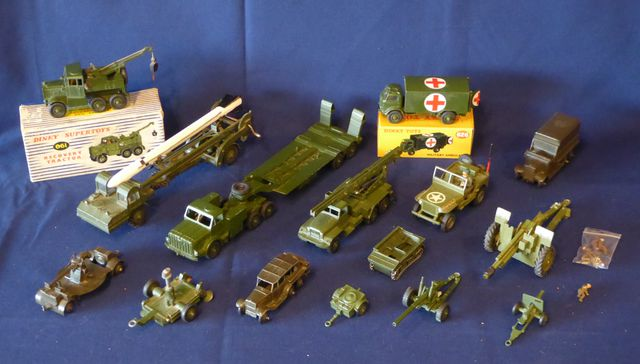 DINKY TOYS ENGLAND Lot de 13 véhicules comprenant : DINKY SUPERTO...
