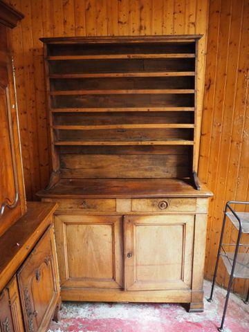 Buffet vaisselier deux corps en bois naturel mouluré ouvrant en p...