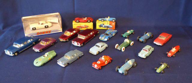 DINKY TOYS ENGLAND Lot de 20 véhicules comprenant : MG Midget Lot...