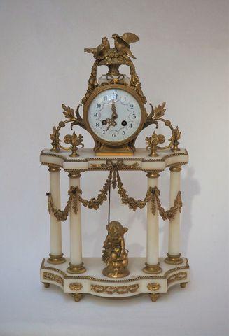 Pendule portique en bronze doré et marbre blanc à décor de cupido...