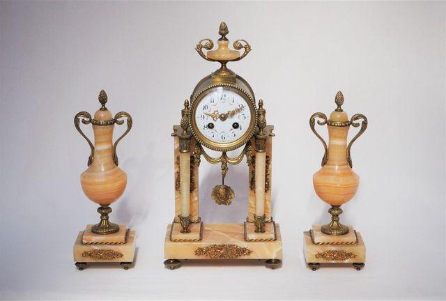 Garniture de cheminée comprenant une pendule portique en bronze d...