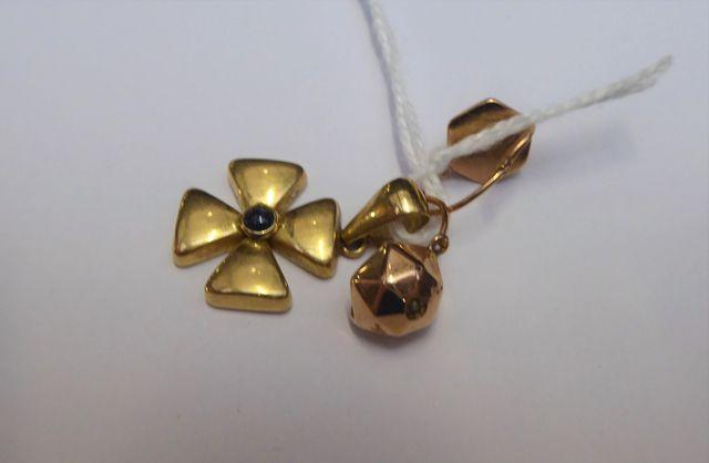 Ensemble comprenant une paire de pendants d'oreille or jaune et u...