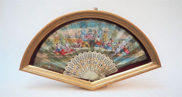 Eventail à décor peint représentant une scène d'Adoration, dans u...