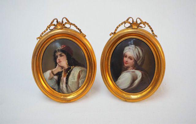 Paire de médaillons en porcelaine représentant des portraits de f...