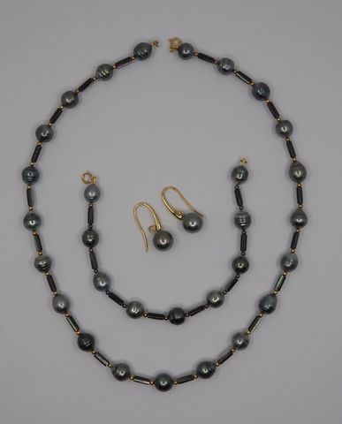 Parure or et perles de Tahiti comprenant bracelet, collier et pai...