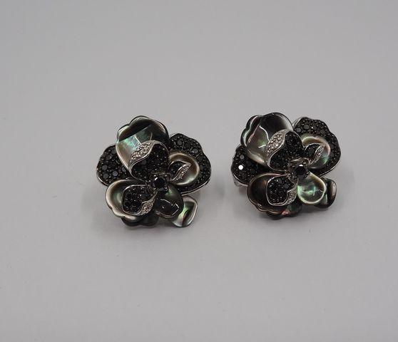 Paire de boucles d'oreille or en forme de fleurs Pds brut 12 grs