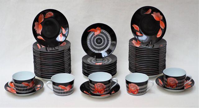 HERMES Important lot de 116 tasses à thé en porcelaine polychrome...
