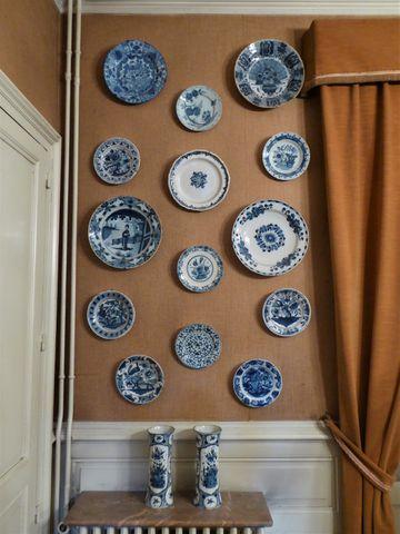 DELFT XVIIIe-XIXe siècle Collection de 16 pièces dépareillées en ...