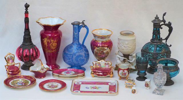 LIMOGES Important lot de pièces en porcelaine polychrome, manufac...