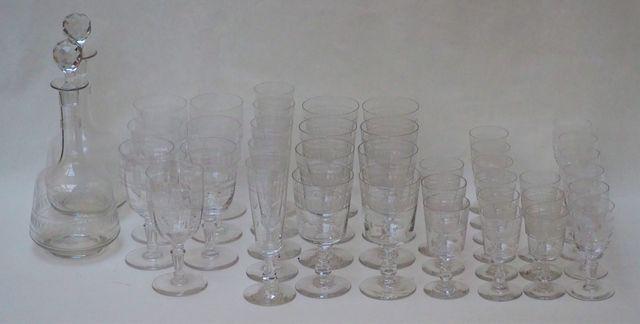 Ensemble de verres et carafes dépareillés en cristal gravé et tai...