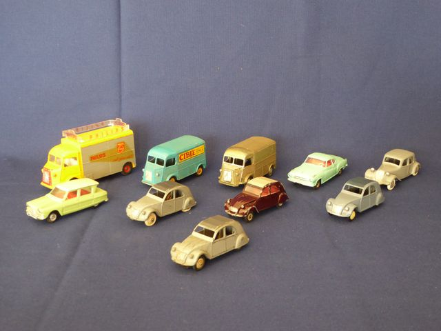 DINKY TOYS FRANCE Lot de 10 véhicules comprenant : Citroën 2CV Ci...