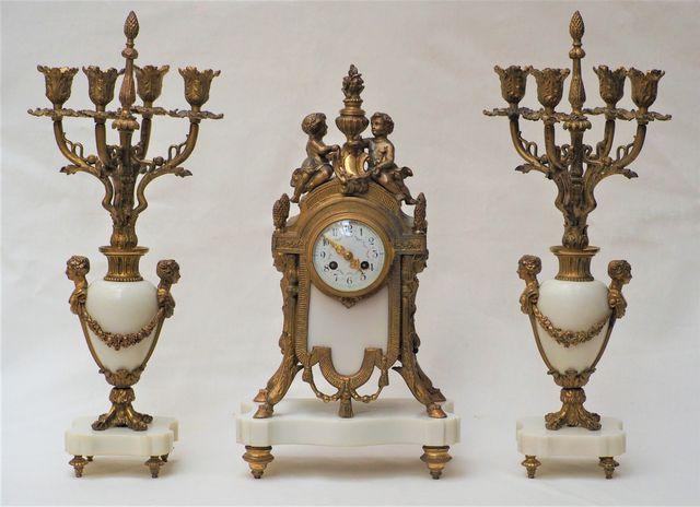Garniture de cheminée de style Louis XVI en marbre blanc et bronz...