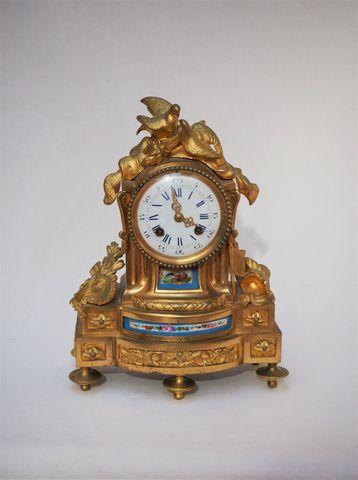 Pendule borne en bronze et plaques de porcelaine polychrome, styl...