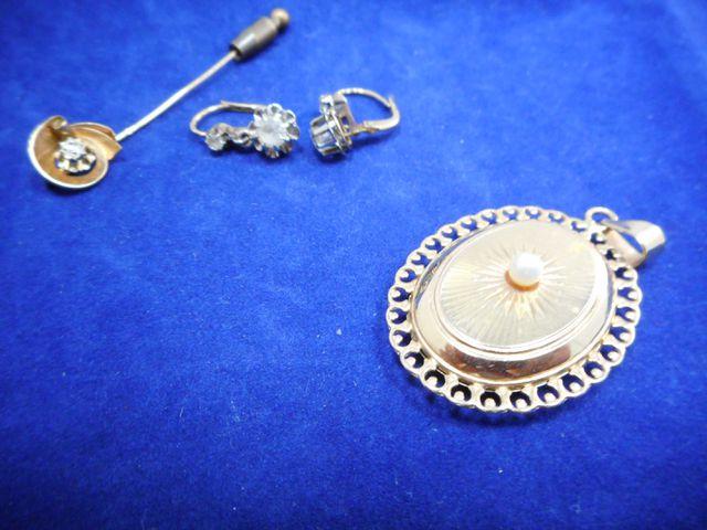 Pendentif or et perle avec épingle or et boucles d'oreilles or et...