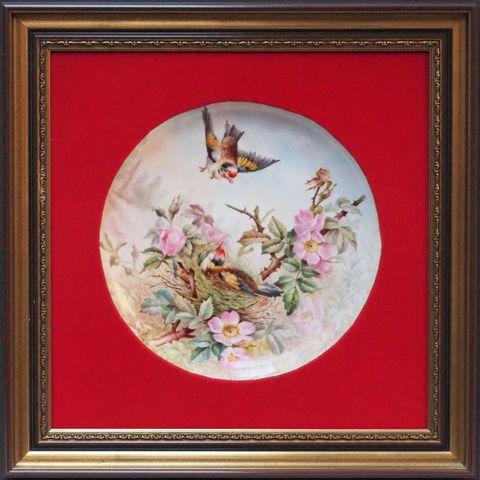LIMOGES Plaque en porcelaine peinte à décor d'oiseaux et de fleur...