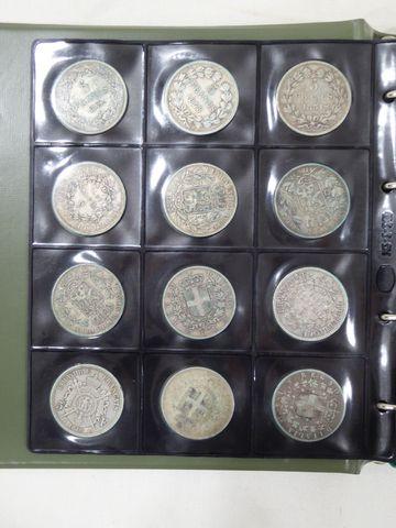 Classeur comprenant environ 230 pièces françaises et étrangères P...