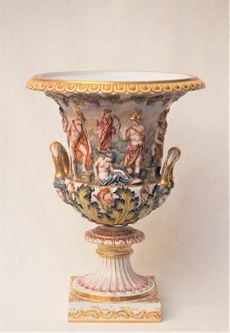 CAPODIMONTE Vase Médicis en porcelaine polychrome à décor en fris...