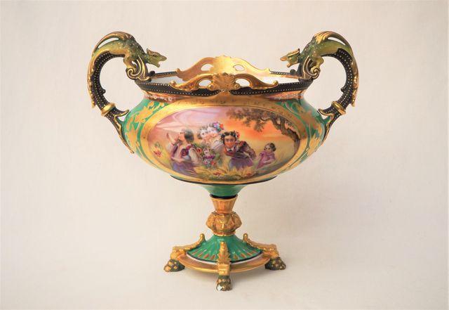 PARIS XIXème siècle  Coupe en porcelaine polychrome à décor d'ans...