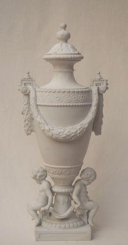 Vase couvert en biscuit à décor de putti tenant un drap noué H. 6...