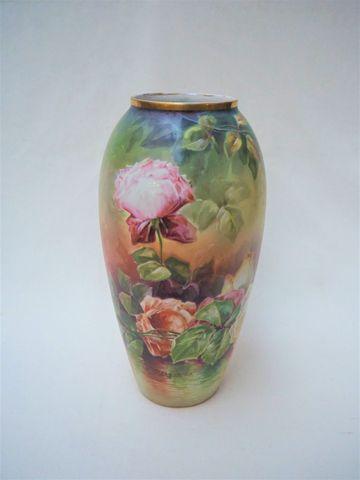 LIMOGES - DESGROPES Vase oblong en porcelaine polychrome à décor ...