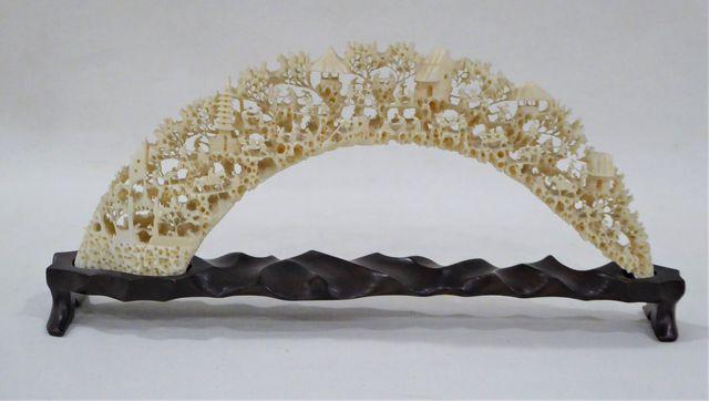 CHINE Début XXème siècle Défense en ivoire très finement sculptée...