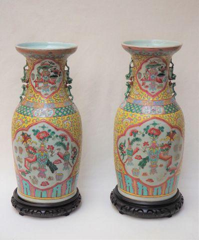 CHINE  Paire de vases de forme balustre en porcelaine polychrome ...