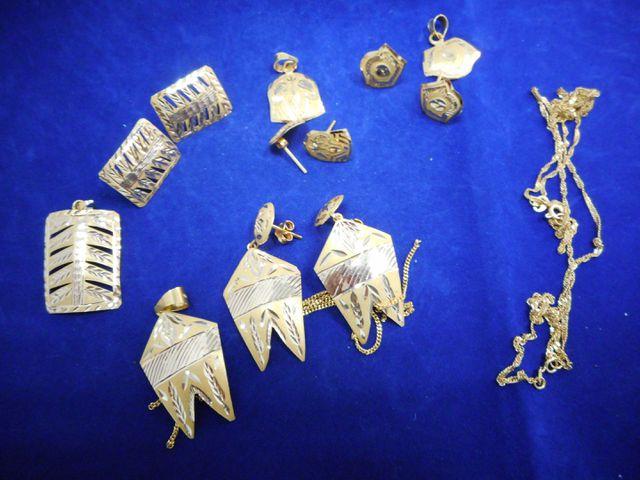 Deux chaines emmêlées or,  4 pendentifs et 4 paires de boucles d'...