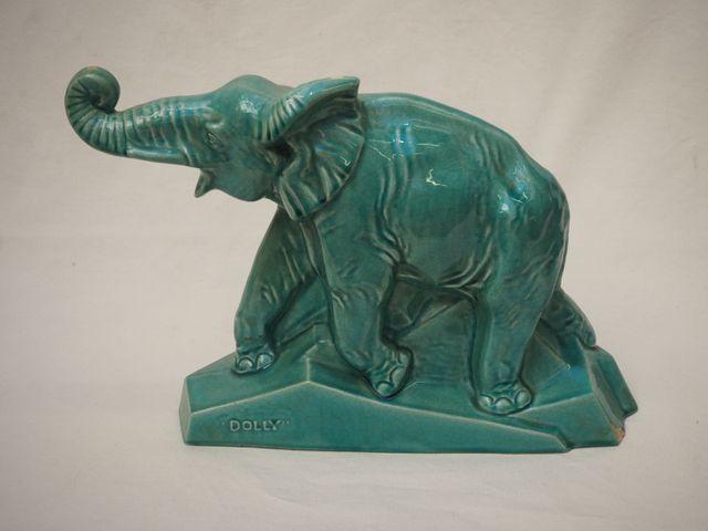 Eléphant en céramique craquelée marquée DOLLY H. 30,5 cm L. 45 cm...
