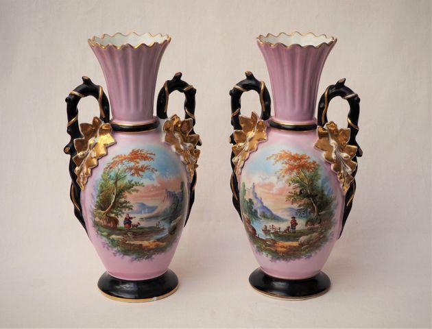 Paire de vases en porcelaine polychrome à décor de paysages animé...