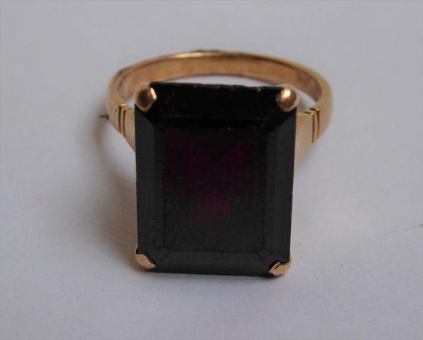 Bague or sertie pierre couleur rouge  Pds 7 grs