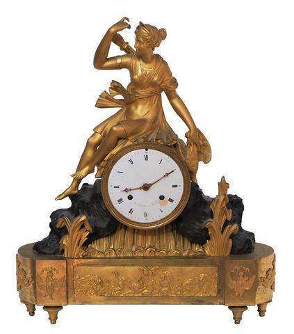 Pendule borne en bronze à double patine à décor de Diane chassere...