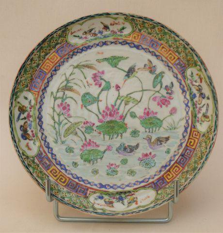 CHINE XIXème siècle Assiette en porcelaine de Canton, polychrome,...