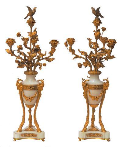 Paire de candélabres en marbre blanc et bronze doré à décor de 4 ...