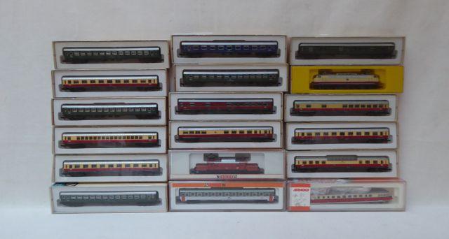 ARNOLD écart. N, 1:160 Lot de locomotives et wagons dans leurs bo...