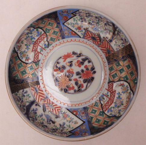 Suite de 3 assiettes creuses en porcelaine à décor Imari d'oiseau...