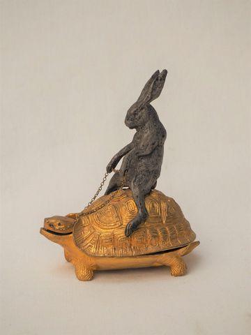 Réceptacle en bronze doré et patiné représentant un lièvre sur un...