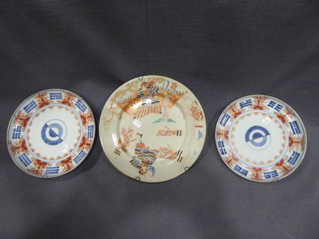 JAPON  Suite de deux assiettes (Diam.19 cm) et d'une assiette à d...