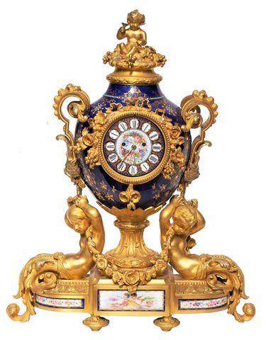 Pendule en forme de vase en bronze doré et porcelaine polychrome ...