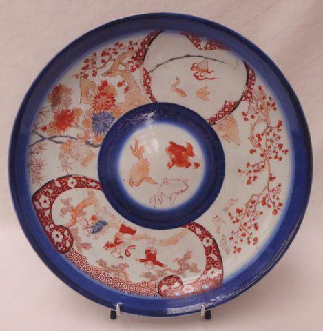 JAPON XIXe siècle Plat circulaire en porcelaine Imari, à décor de...